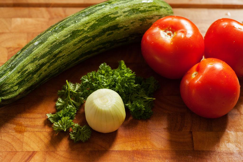Das frische Gemüse für das Omelette kommt direkt aus dem Garten.