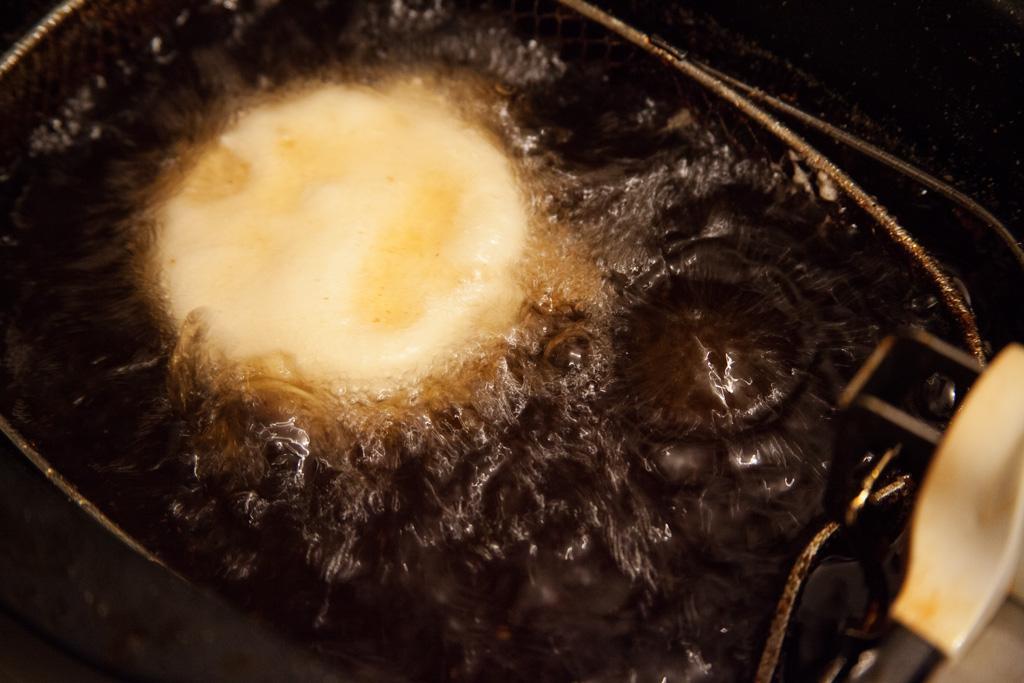 Der Camembert wird in tiefem Fett ausgebacken. Sollte er die ganze Zeit oben schwimmen, während der Garzeit einmal wenden.
