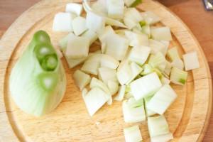 Der Fenchel wird anders als für den Salat diesmal in grobe Stücke geschnitten.