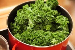 Der Grünkohl fällt beim Kochen zusammen. Bis es soweit ist braucht man einen großen Topf.