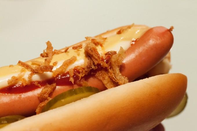 Der Hot Dog ist fertig zum Reinbeißen. Vorsicht: kleckern ist sehr wahrscheinlich!