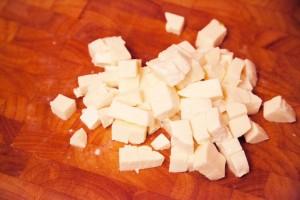 Der Mozzarella muss abtropfen und wird dann in ungefähr 1 cm große Stücke geschnitten.