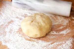 Der Mürbeteig kann auf Mehl oder zwischen Folie ausgerollt werden, letzteres ist einfacher.