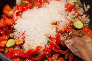 Der Reis wird für die Paella mit angeröstet.
