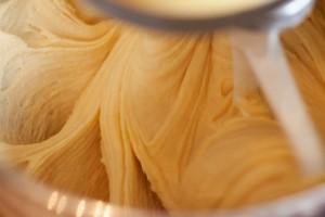 Der Rührteig für den Pfirsichkuchen hat eine cremig zähflüssige Konsistenz.