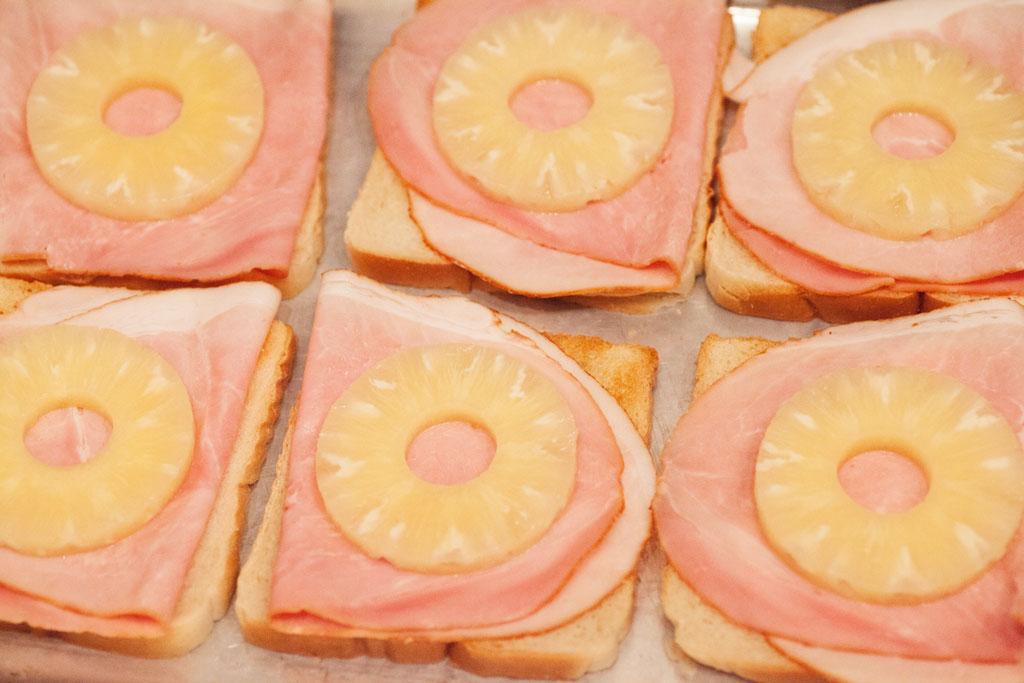 Die Ananasscheibe für Toast Hawaii kommt natürlich aus der Dose.