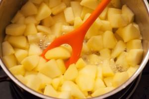 Die Apfelstücke werden 10 Minuten lang weich gekocht.