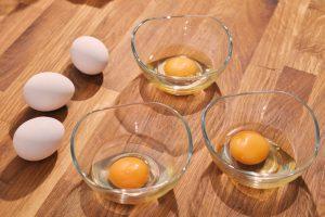 Die Eier werden in saubere Schälchen aufgeschlagen.