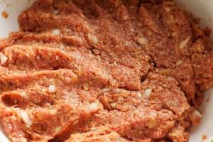 Die Hackfleischmischung sollte abgeschmeckt werden. Nach dem Backen lässt sich kaum etwas korrigieren.