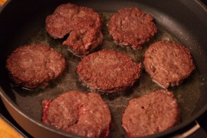 Die Hamburger-Buletten aus Rinderhackfleisch dürfen nicht zu lange braten, sie werden zu trocken.