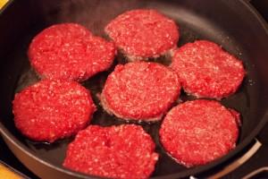 Die Hamburger-Buletten werden heiß angebraten.