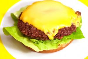 Die Käsescheibe sollte schon vorab, direkt nach dem Braten auf die Hamburger-Bulette gelegt werden.
