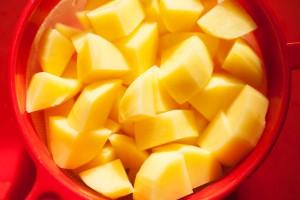 Die Kartoffeln werden in grobe Stücke geschnitten, damit Sie nicht verkochen.