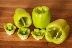 Die Kerne im Innern der Paprika werden entfernt.