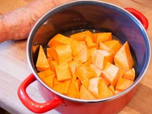 Die Süßkartoffel wird kleingeschnitten mit ein wenig Wasser gekocht.