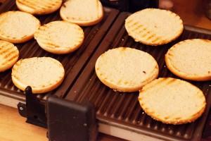 Die Schnittfläche der Hamburgerbrötchen soll geröstet sein, das Brötchen selbst aber nicht zu trocken werden.