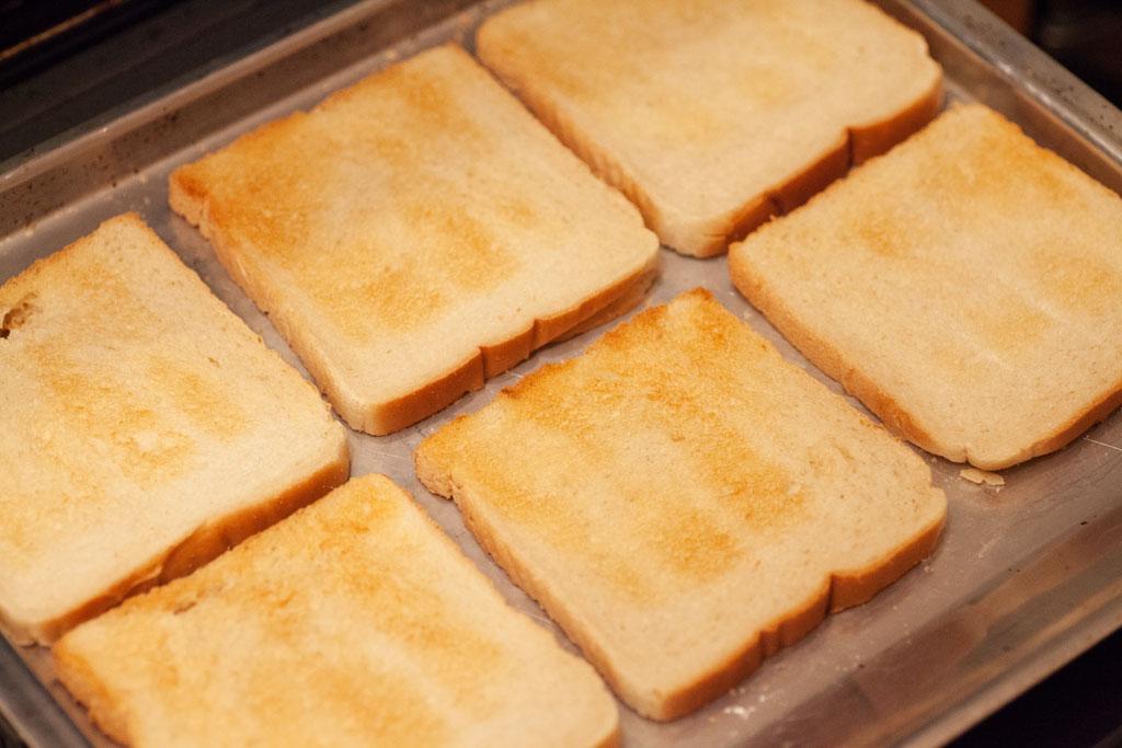Die Toastscheiben für Toast Hawaii werden vorab geröstet, entweder im Ofen oder einfach im Toaster.
