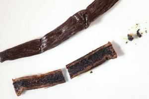 Die Vanilleschote längs halbieren und mit einem kleinen Messer das Vanillemark heraus schaben.