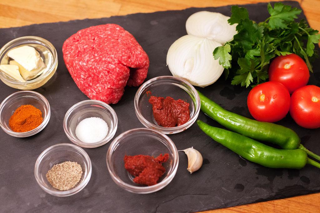 Die Zutaten für die Hackfleischfüllung für Pide mit Hackfleisch werden abgemessen.