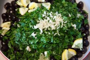 Die Zutaten werden in einer Schüssel gemischt. Die hier abgebildete Menge an Knoblauch und Kräutern ist für 1,5 Kg Oliven abgemessen.