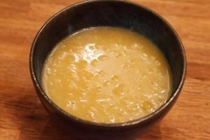 Die fertig gegarte Suppe wird in eine ofenfeste Suppenschale gefüllt.