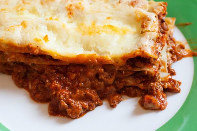 Die fertige Lasagne Bolognese ein paar Minuten abkühlen lassen und auf einem Teller servieren.