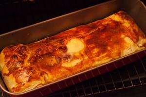 Die gebackene Geflügelpastete im Teigmantel frisch aus dem Ofen.
