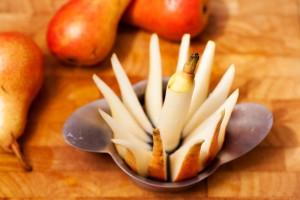 Die reifen Birnen werden einfach mit einem Apfelteiler zerteilt.