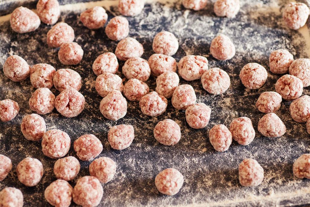 Durch das Mehl kleben die Köfte nicht aneinander und die Tomatensauce wird angedickt.