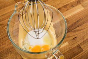 Eier und Zucker werden schaumig geschlagen.