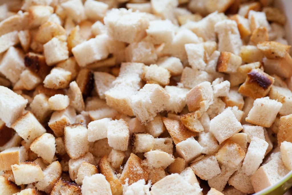 Ein Teil der Weißbrotwürfel wird fuer Serviettenknödel geröstet.