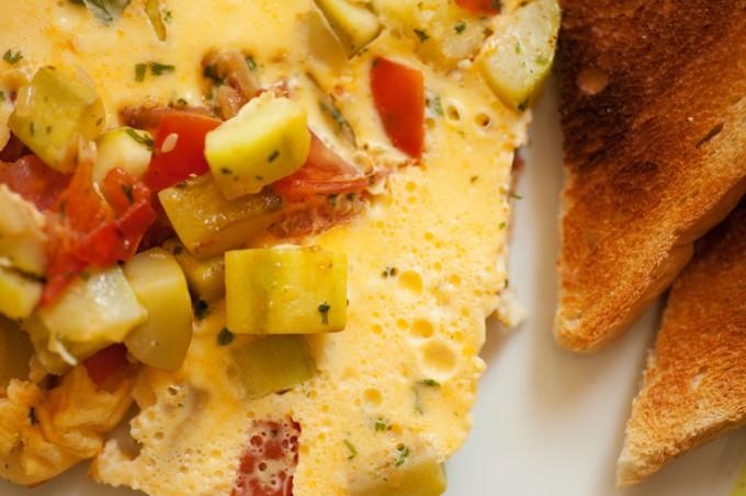 Einfaches Omelette mit Zucchini und Tomaten.