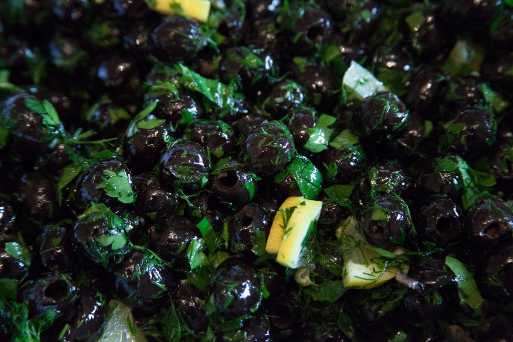 Eingelegte Oliven mit frischem Dill und Petersilie.