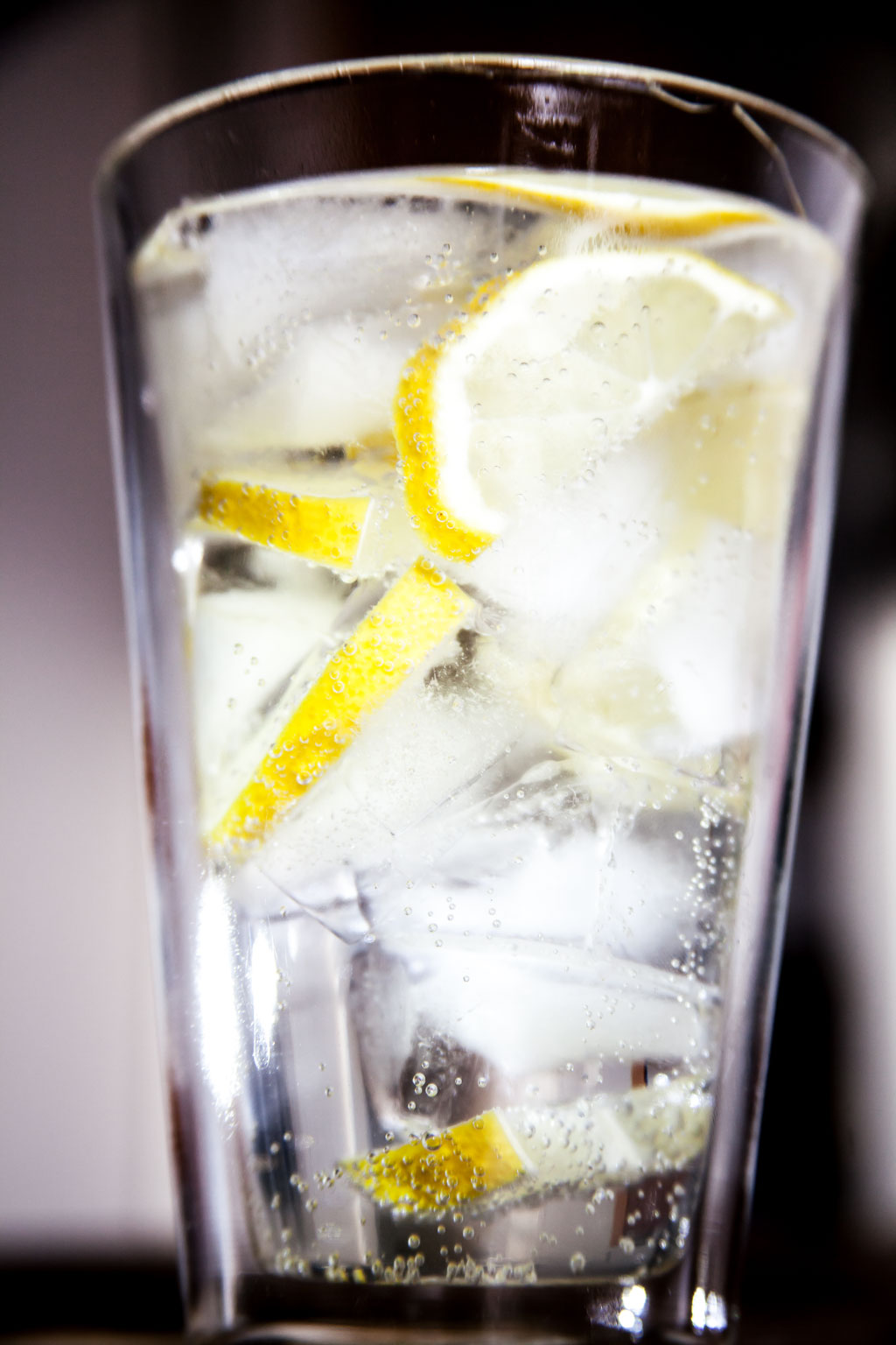 Eiswasser mit Zitronenscheiben.