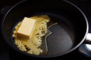 Für die Chili-Butter wird die Butter in einer Pfanne geschmolzen.