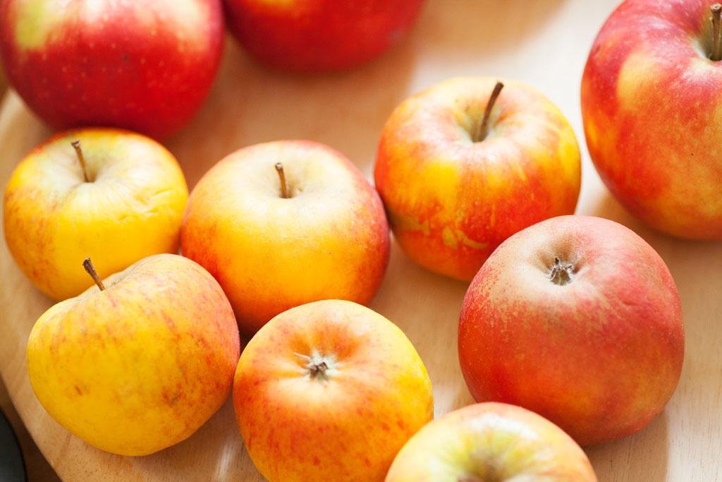 Für diese Menge Rührteig werden ungefähr 10 mittelgroße Äpfel verwendet.
