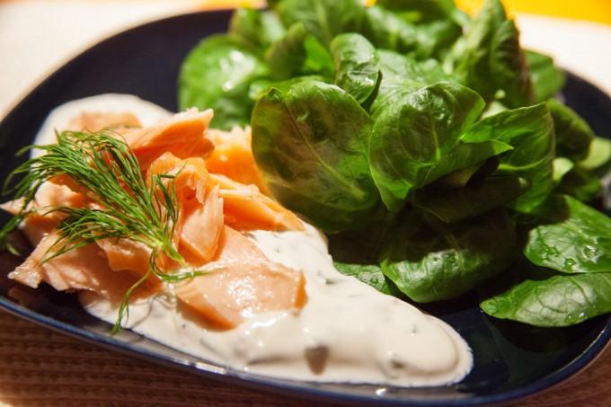 Feldsalat mit Räucherlachs und Joghurt-Kräutersauce.