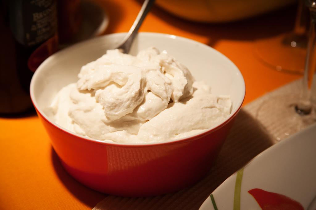 Frisch zubereitete Aioli mit Milch und Weißbrot.