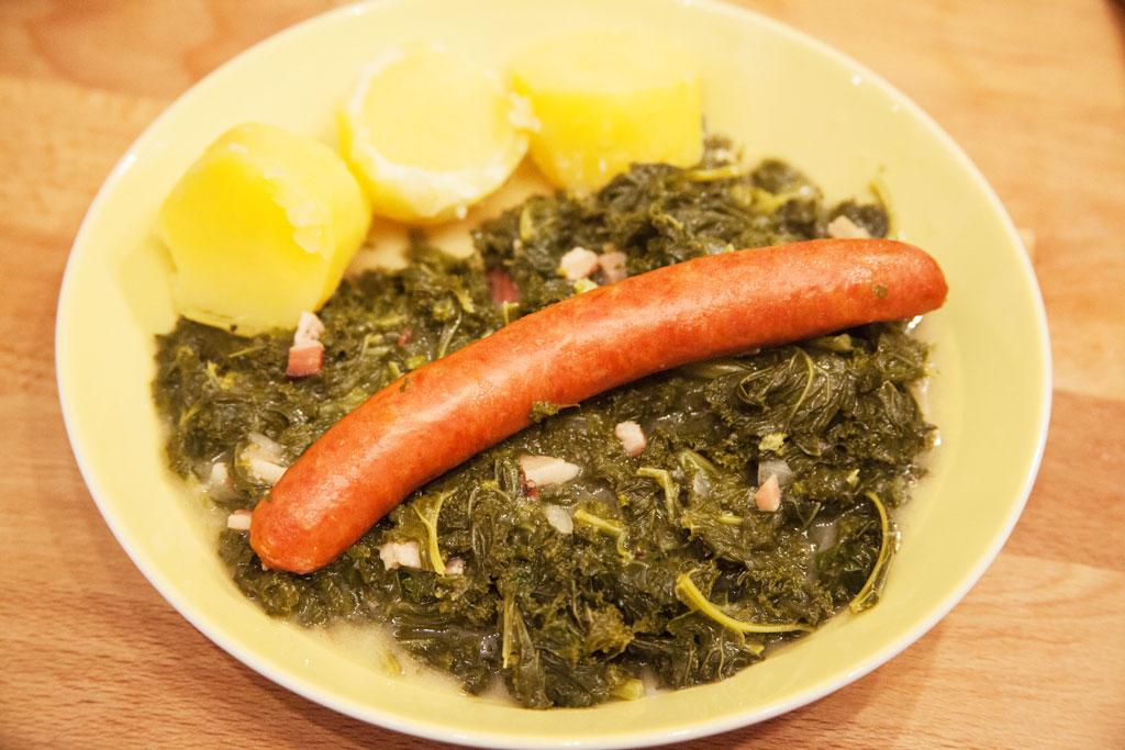 Frischer Grünkohl einfaches Rezept mit Schinkenkrakauer.