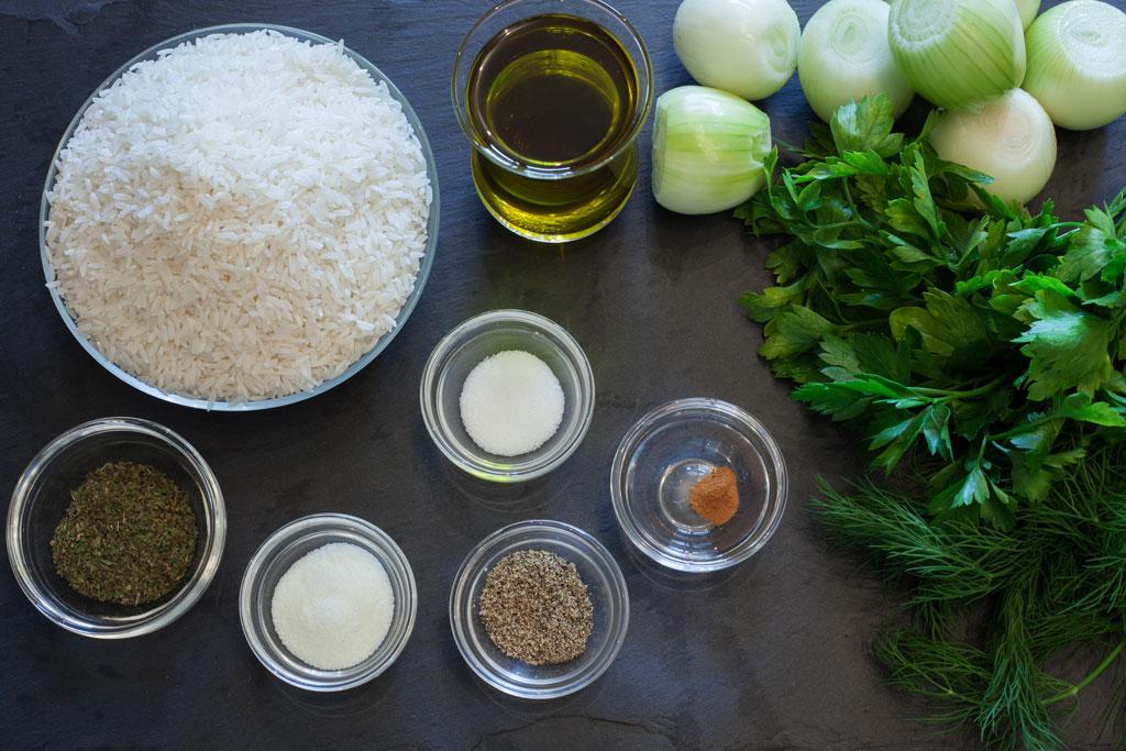 Füllung der Weinblätter besteht aus Reis, Zwiebeln, Kräutern und Gewürzen.