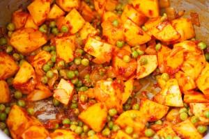 Für Sulu Köfte wird Gemüse mit Tomatenmark geröstet und wird dadurch aromatischer.