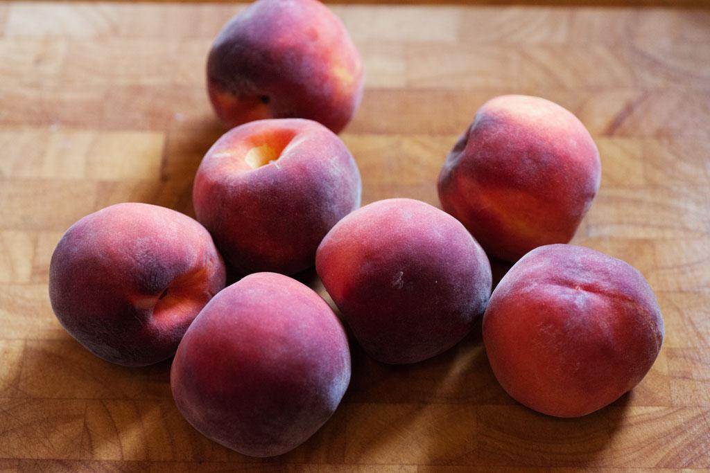 Für den Pfirsichkuchen reife frische Pfirsiche verwenden, keine aus der Dose.