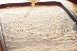 Für die Zubereitung der Sulu Köfte wird Mehl auf einem Tablett verteilt.