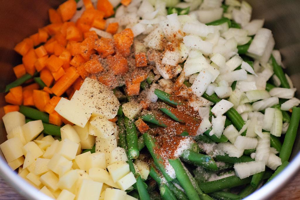 Für die Zubereitung von Grüne Bohnen in Tomatensauce - Zeytinyagli yesil fasülye im Schnellkochtopf, werden alle Zutaten zusammen in den Topf gegeben.