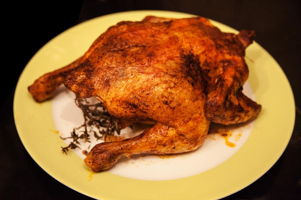 Gebackenes Hühnchen mit Paprikakruste und Thymianfüllung