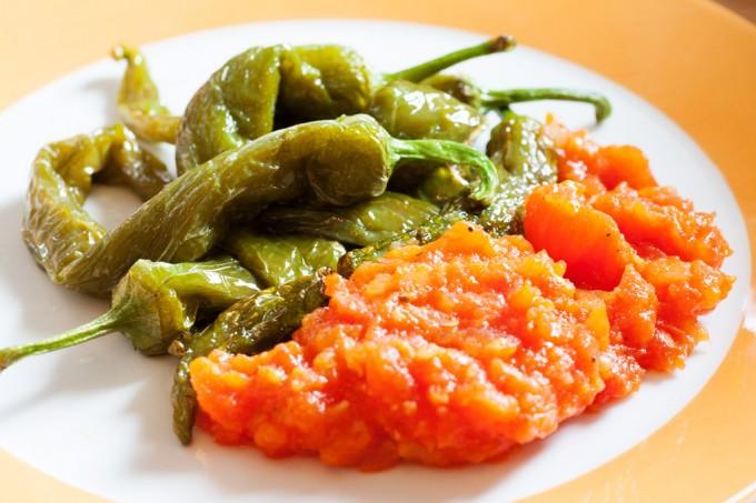 Gebratene türkische Paprika mit Tomatensauce.