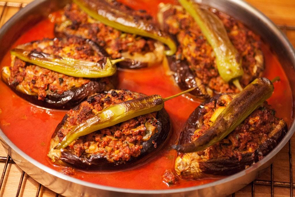 Gefüllte Auberginen mit Hackfleisch türkisch – karnıyarık im Tepsi frisch aus dem Backofen.