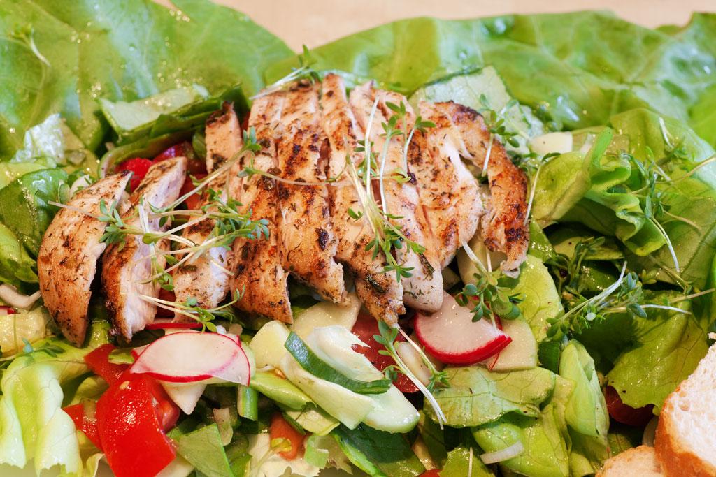 Gemischter Salat mit Hühnchen in Kräutermarinade (schnelle Version).