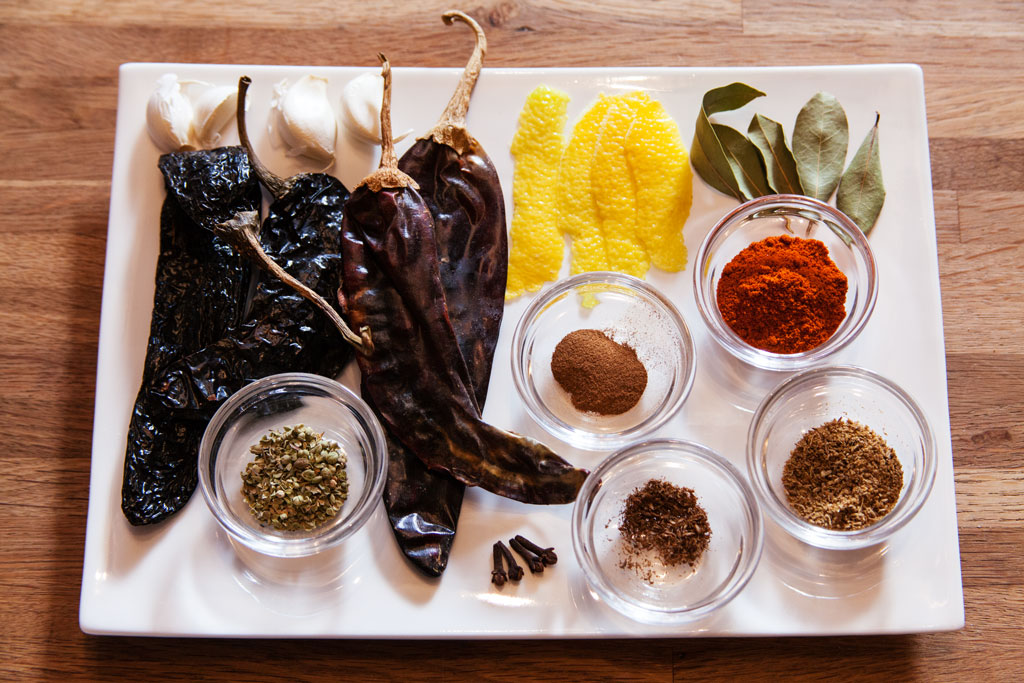 Gewürze für Chili con Carne: Pasilla-Chilis und Guajillo-Chilis.
