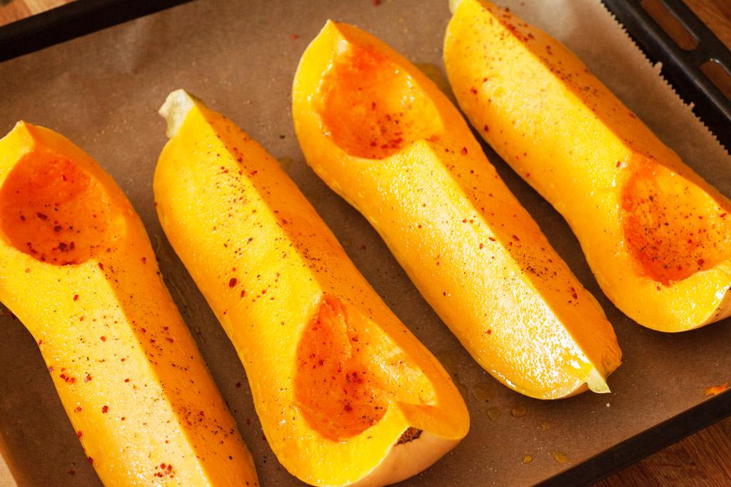 Gewürzt wird der Butternusskürbis mit Pfeffer, Salz und Chili.